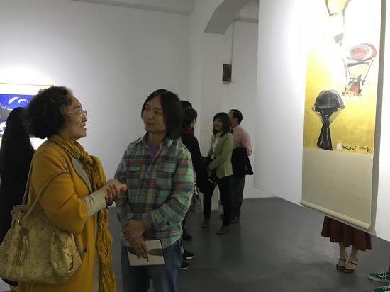 ▲学术主持郝青松于现场为观众做展览介绍,展览作品得到观众的一致好评