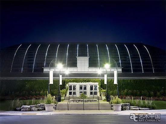 """这座建筑的外部覆盖着""""灯塔"""",一系列LED照明灯意在模仿草在风中飘动的景象。摇摆的""""草""""的速度模仿了周围的风速。在屋顶上隐藏着太阳能电池板,为整个灯光提供动力"""