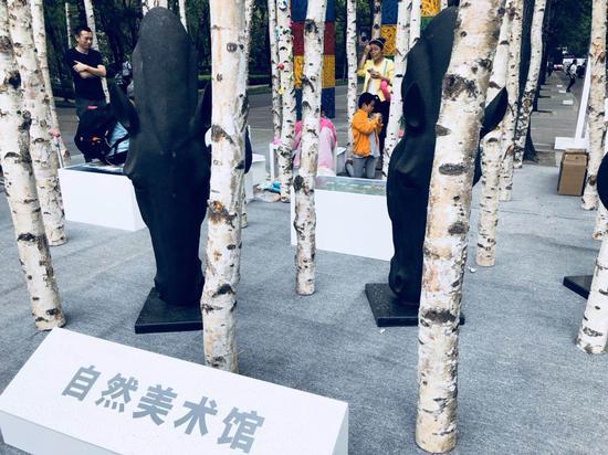 艺术家崔宇带着孩子们用纸黏土创作自己的肖像