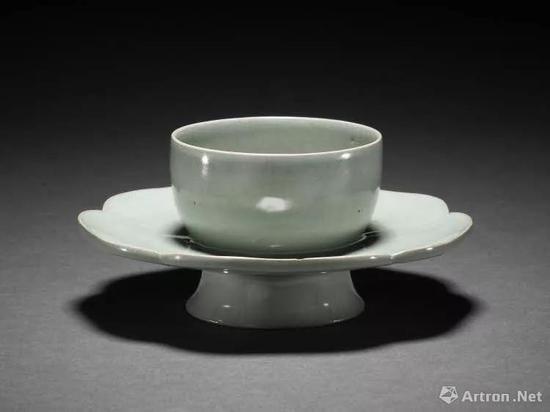 ▲ 大英博物馆藏汝窑盏托,从这个角度看能看到3个缩釉点