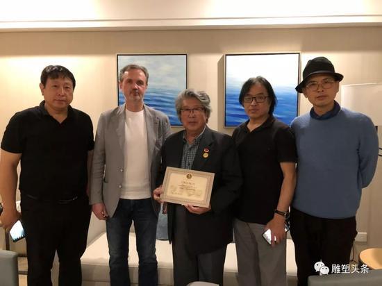 在中国雕塑家的见证下(左起张德峰 、安德烈·科瓦尔丘克、曹春生、景育民、陈文令)颁发证书