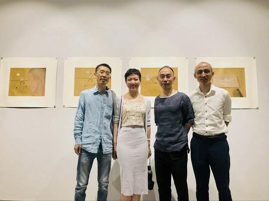 嘉宾合影 左起:策展人张宗希、评论家邱敏、艺术家陈联庆、策展人张长收