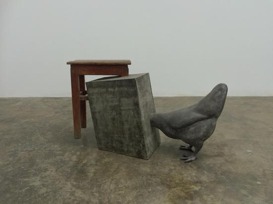仇世杰,《午后》,实木凳子、水泥、铸铝,尺寸可变,2016