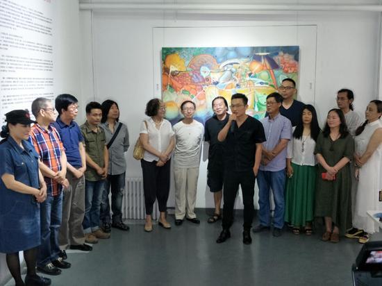 图为著名批评家策展人段君在新高地抽象艺术展开幕式讲话