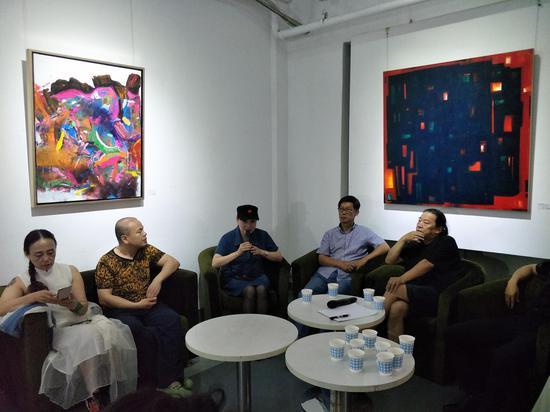 策展人林楠在主持新高地抽象艺术展学术研讨会现场