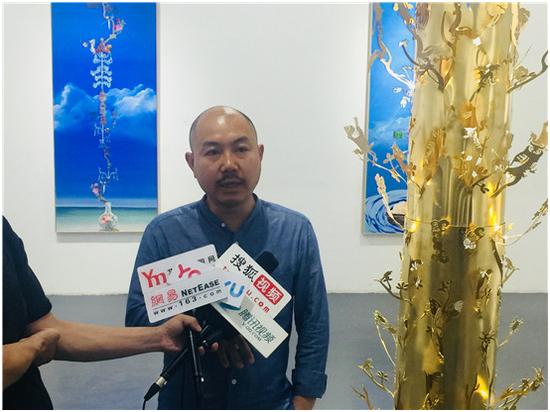 艺术家陈胄现场接受媒体采访