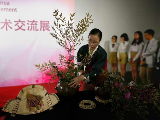 韩国艺术家进行现场创作