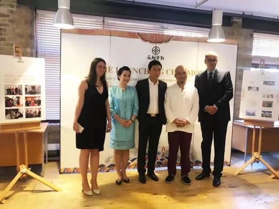 张坤兰总裁与魏立中在启动仪式上与院方领导合影