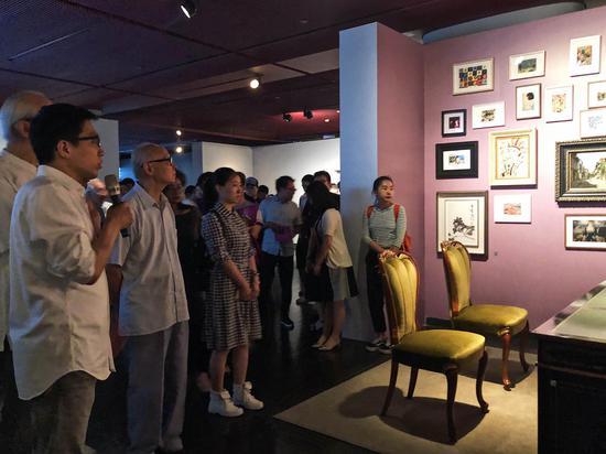 展览总策展人、中央美术学院设计学院副院长靳军向嘉宾介绍展览