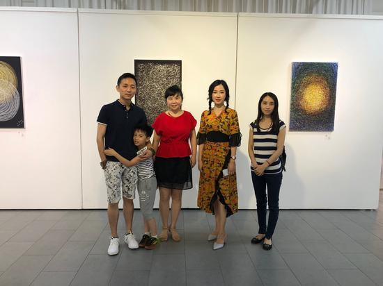 艺术家司马源(右二)、此次展览策展人欧尼克斯画廊创办人王涛(左二)与来宾合影