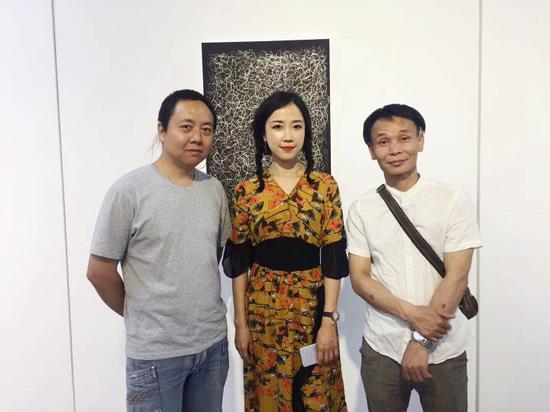 司马源与艺术家邓震、艺术家华韡华合影