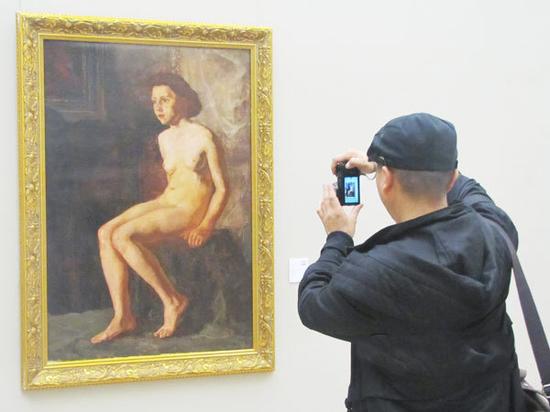 """观众在2014年举办的""""青青子佩""""孙佩苍收藏展上观赏此画作"""