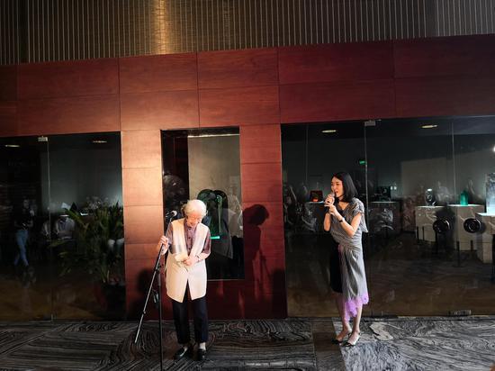 原中央工艺美术学院院长、著名艺术家常沙娜教授与策展人、主持人王晓偶