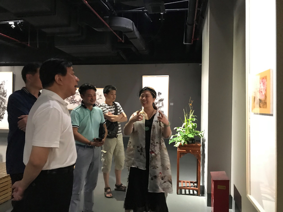 李采姣为参加画展的嘉宾讲解展览作品