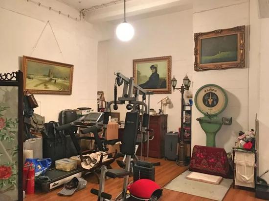 """黎薇工作室。房间到处挂着来自深圳大芬村的复制经典油画。里面还有一个很大的德国制造的称,现在还很精确。""""我经常用这个来称自己和狗狗的体重,很方便。"""""""
