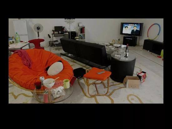 22'55''?不在场,黎薇,林大艺术中心,北京,2011年 展览期间,一点点地增加家具,描绘一种记忆逐渐消退以及被覆盖的样子。