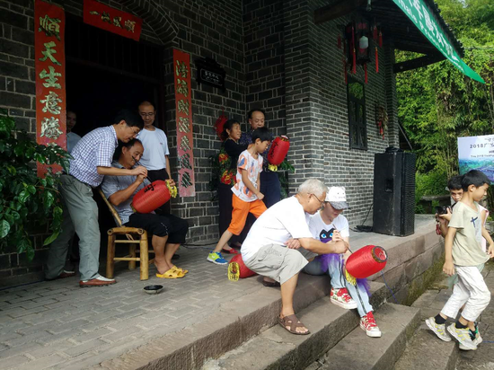 策展团队与当地村民共同制作红灯笼