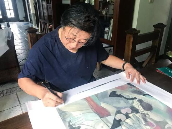 艺术家张培成为其限量签名原作复刻版画编号并签名