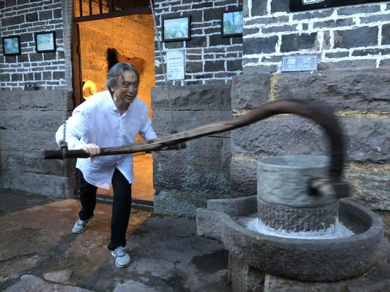 批评家贾方舟体验农村石磨