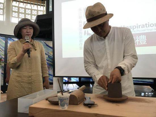 """艺术家朱江龙现场示范""""紫砂壶慢轮泥片拍打成型技法"""""""