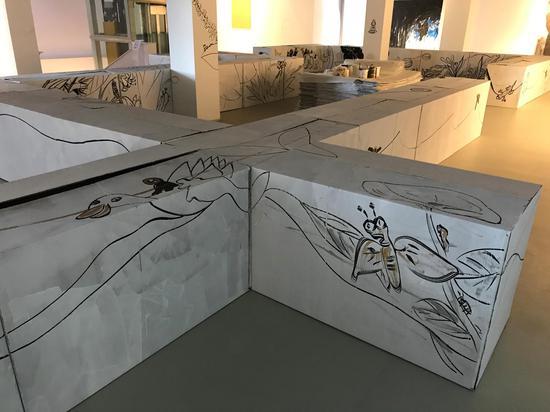 《生命的迷宫》 绘画装置、行为 纸箱、丙烯 尺寸可变 2018-2