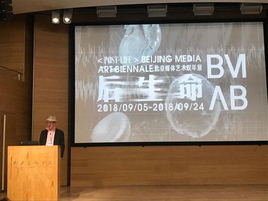 艺术家代表布拉德·米勒发言