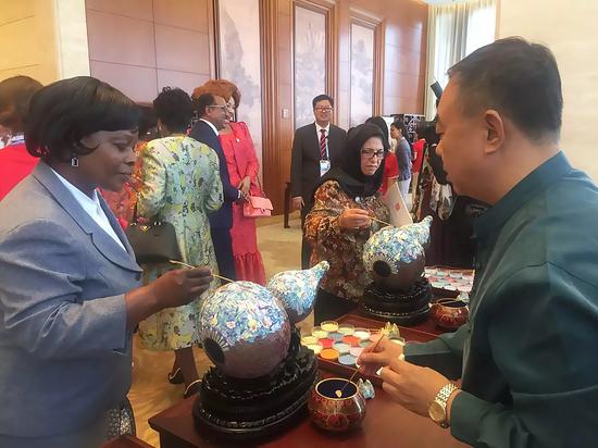 中非领导人及夫人体验点蓝技艺