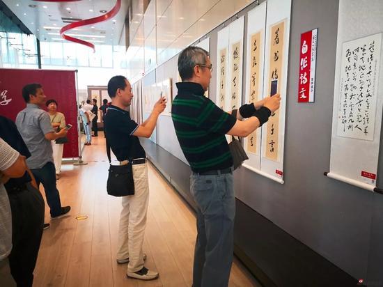 领导嘉宾和现场观众参观展览