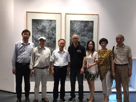 左起:朱刚、许德民、龚学平、周斌、吴晨荣、王国安(右1)