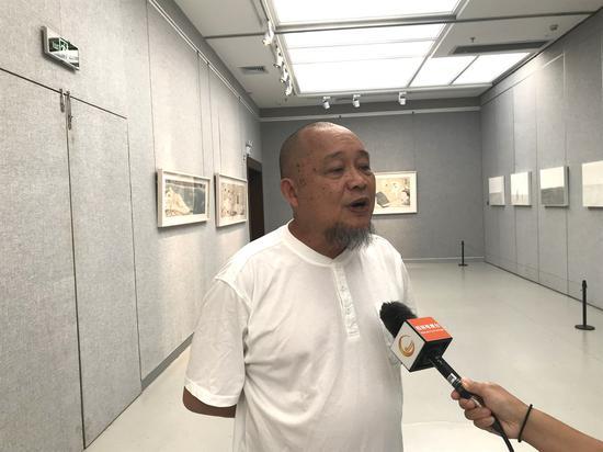 本次展覽學術主持、美術批評家蘇旅接受本地電視臺采訪