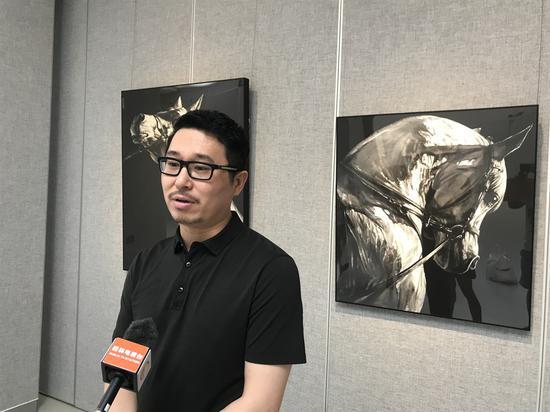 參展畫家孫浩接受本地電視臺采訪