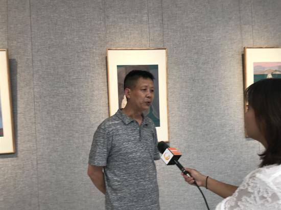 參展畫家王犁接受本地電視臺采訪
