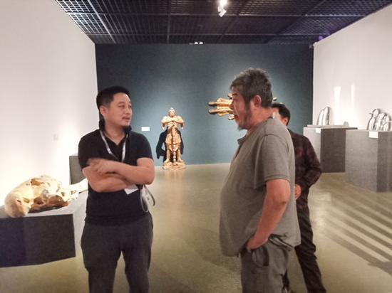 策展人与艺术家讨论展示效果