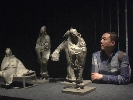 江苏美术馆副馆长陈同乐观赏作品