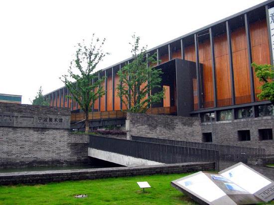 宁波美术馆是中国当今举办现、当代艺术展览的重镇,由普利兹克建筑奖首位中国籍得主王澍先生设计。