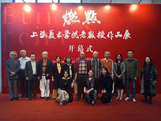 部分艺术家与上海美术学院相关领导在开幕现场合影