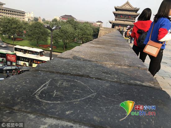 西安城墙被刻字:刻画的字多数看起来年代较久远