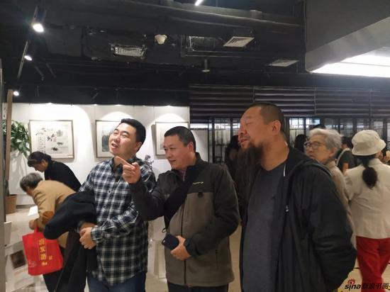 (左起)南京市花鸟画研究会研究会理事徐锴先生、理事王昊先生、理事严璐先生