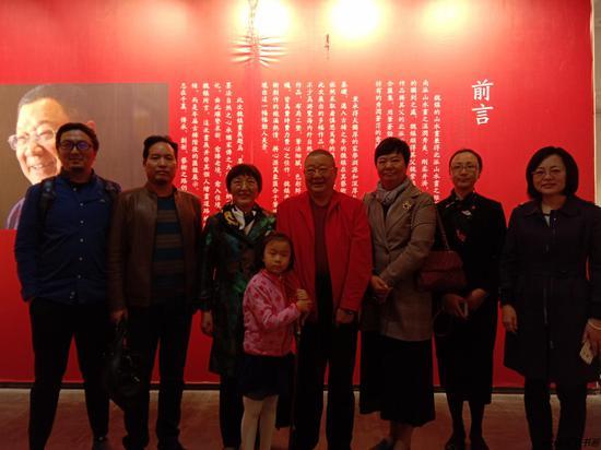 魏镇老师携家人在展览现场