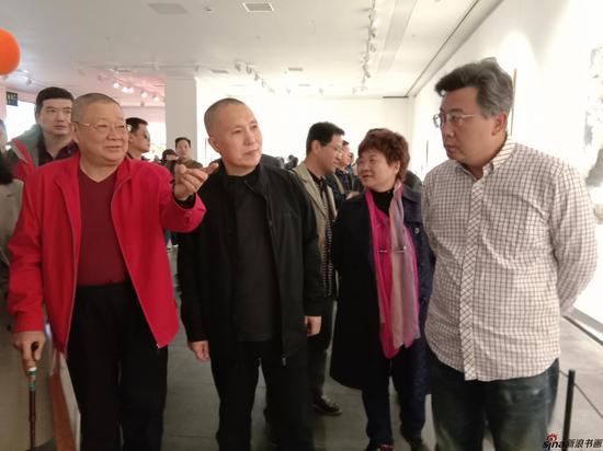 魏镇老师陪同周京新院长等领导观展