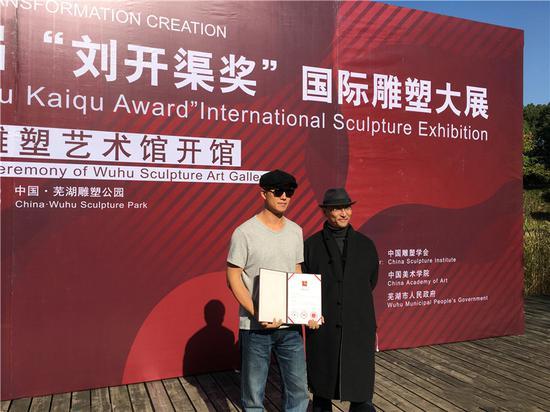 中国雕塑学会会长曾成钢与金奖获得者余晨星合影