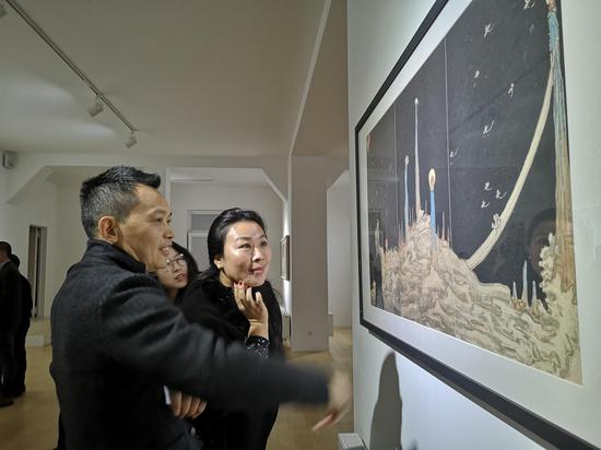 艺术家雷子人向观众阐释作品