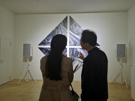 艺术家周松与观众进行艺术交流