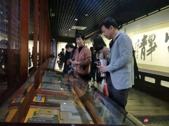 十余位学周体的日本周粉们到场参观,李静馆长用流利的日语向他们介绍周慧珺书法艺术馆的展品。