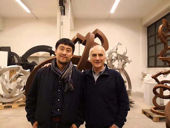 策展人高远(左)与意大利著名当代艺术家Riccardo Cordero在意大利都灵祝贺此次展览成功