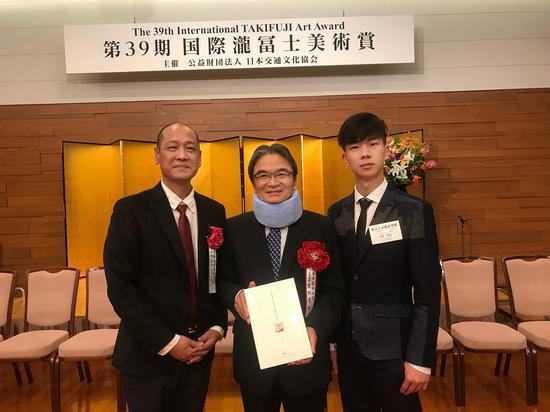许正龙教授(左)、 宫田亮平教授(右)与 刘烽 合影
