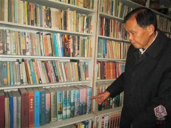 78岁退休老干部26年收藏省内年鉴300多本