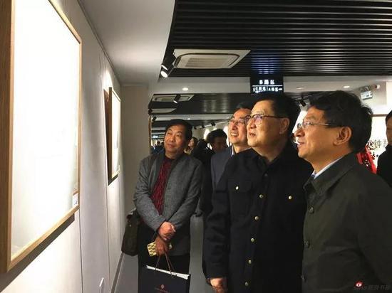 萧平教授陪同嘉宾观看画展