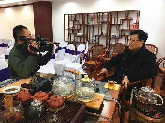 萧平教授接受媒体采访