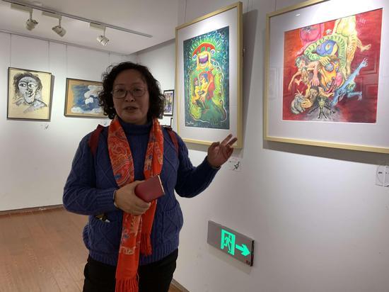 展览现场:艺术家三毛接受采访